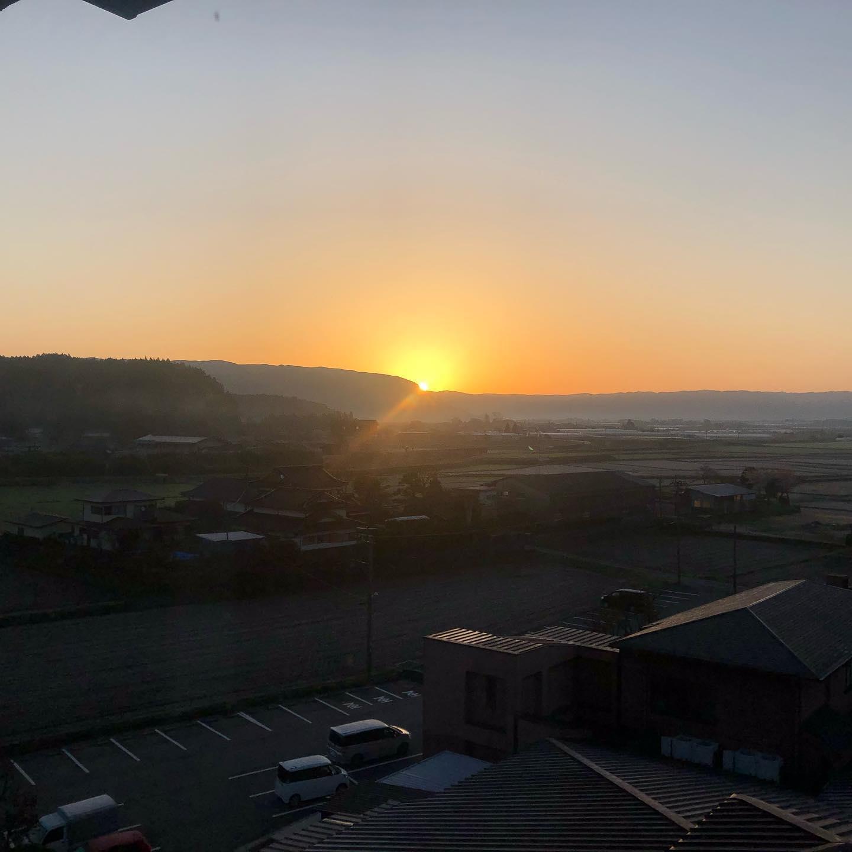 阿蘇の日の出じゃーこれが今回の旅で九州にで見る最後の日の出だね明日の朝は大阪かー便利な時代だわ